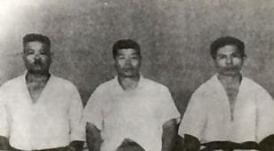 上地完文の和歌山時代の高弟が集う。右端、第二代宗家を継いだ上地完英氏。中央は完文の日本における一番弟子である友寄隆優氏。左端は上原三郎。