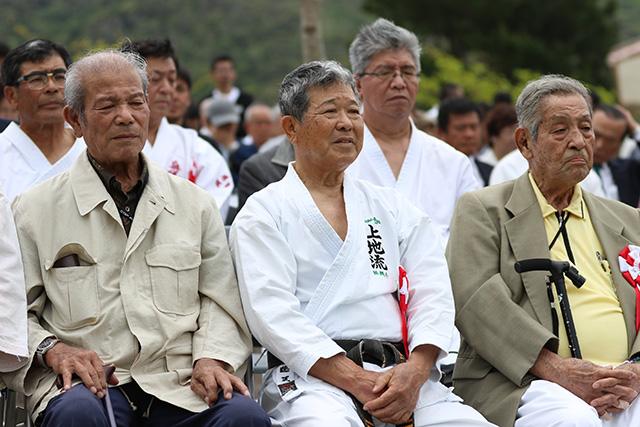 左から、上原勇氏、上運天政孝氏、県指定無形文化財保持者上原武信氏
